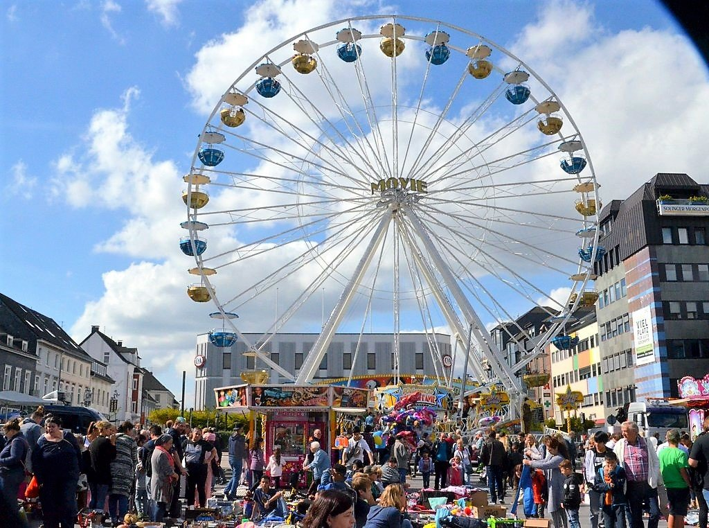 Am Neumarkt war es unglaublich voll. Viele wollten aufs Riesenrad und sich den Markt von oben anschauen. (Foto: © Martina Hörle)