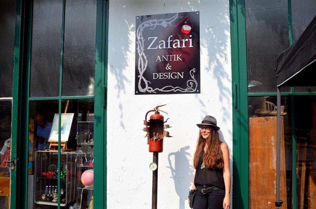 """Claudia Schneider hat am letzten Samstag unter dem Namen """"Zafari Antik & Design"""" an der Kottendorfer Straße 61 neue Ausstellungsräume eröffnet. (Foto: © Martina Hörle)"""