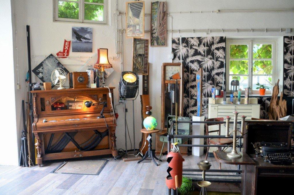 Die Ausstellungsräume zeigen eine interessante Kombination aus Kunstwerken, alten Schätzchen und Kuriositäten. (Foto: © Martina Hörle)