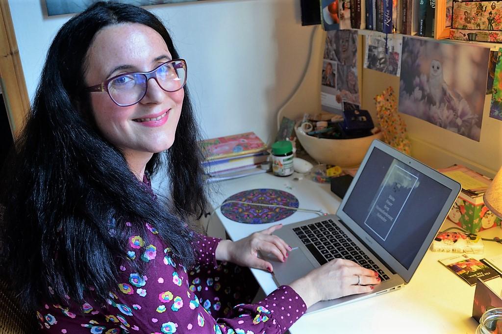 """Schreiben ist ihre Leidenschaft, sagt die Zeilenzauberin. Ihr Lieblingsautor Michael Ende hatte sie mit seinem Werk """"Die Unendliche Geschichte"""" auf die Idee der persönlichen Geschichten gebracht. (Foto: © Martina Hörle)"""