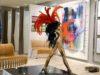 """Die Ausstellung """"Zeit für die Kunst"""" im Einkaufscenter Hofgarten zeigt den Besuchern hochwertige und vielfältige Werke von insgesamt sieben Künstlern. Die Bronzeskulptur """"Kölsche Venus"""" von Günter Thelen ist mit ihrem goldenen Körper und dem leuchtend roten Kopfschmuck ein absoluter Blickfang. (Foto: © Martina Hörle)"""