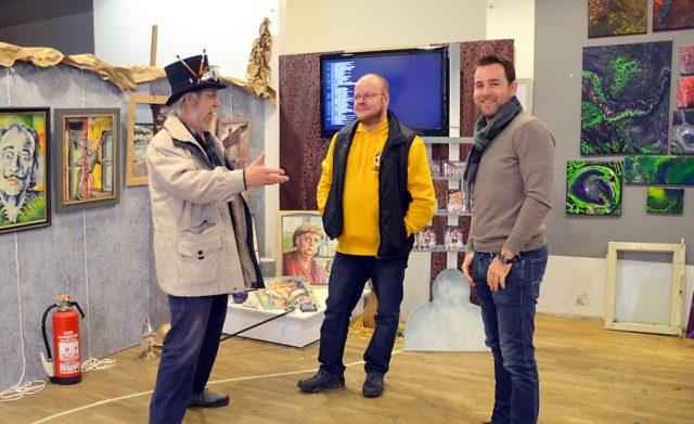 Gerade stellen Christian Holtwick (Mitte) und Sebastian Faure (re.) einen Teil ihrer künstlerischen Arbeiten bei Lothar Ruthmann (li.) aus. (Foto: © Martina Hörle)