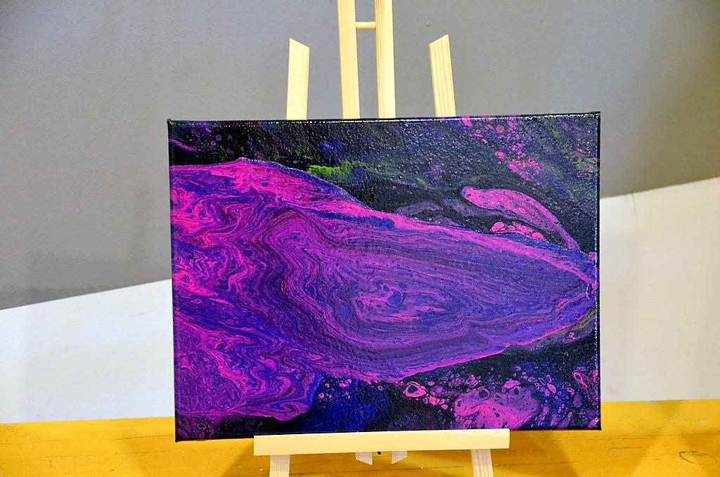 Beim Fließen der Acrylfarbe entstehen oftmals einzigartige Effekte. So wird jedes Bild zu einem Unikat. (Foto: © Martina Hörle)