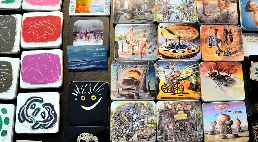 Der Kreativität sind keine Grenzen gesetzt. Mehrere hundert Blechdosen wurden schon in zauberhafte Unikate verwandelt. Jede Dose ist handsigniert. (Foto: © Martina Hörle)
