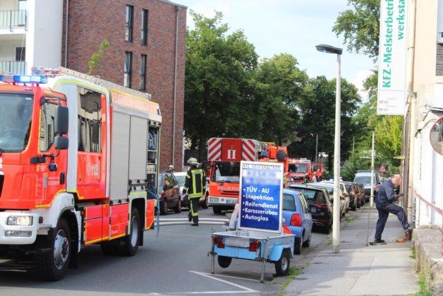 Bei Eintreffen der Feuerwehr an der Aachener Straße konnten die ersten Einsatzkräfte bereits vor dem Haus erheblichen Gasgeruch wahrnehmen. Als Erstmaßnahme wurde die Gasleitung von den Stadtwerke außerhalb des Hauses abgesperrt. (Foto: © Das SolingenMagazin)