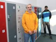 Deniz Balnak von der Firma Rocket Apes (li.) und Frederick Meisner von bdruckt.com in der neuen Walder Abholstation. (Foto: © Bastian Glumm)