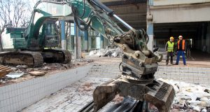 Das Hallenbad Vogelsang wird abgerissen. Bis zum 15. Januar soll dort alles fertig für die dann anstehenden Arbeiten des Neubaus sein. (Foto: © Bastian Glumm)