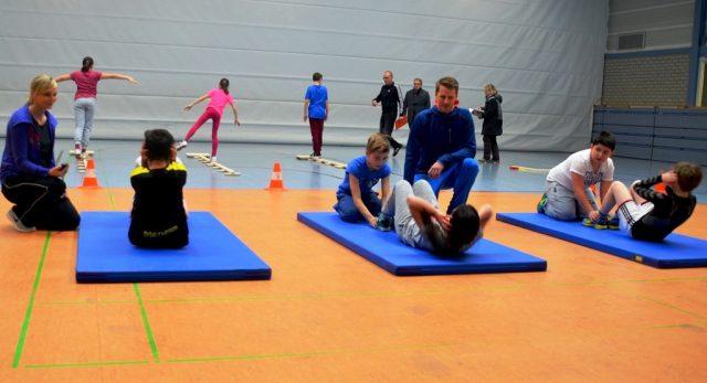 Bei einem kleinen Parcours zeigen Schülerinnen und Schüler ihr sportliches Können in Ausdauer, Kraft und Schnelligkeit. Betreut werden sie durch die Fachlehrkräfte Nadine Emmerich-Horn und Jörg Steuerbach. (Foto: © M. Hörle)