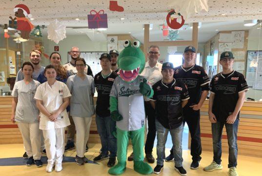 Die Baseballer der Solingen Alligators besuchten jetzt die Kinderklinik im Klinikum. Mit im Gepäck hatte das Team auch in diesem Jahr jede Menge Geschenktüten mit Leckereien und Baseballcaps für die kleinen Patienten. (Foto: © Solingen Alligators)