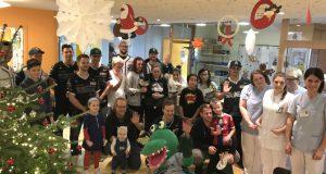 Die Bundesliga-Baseballer der Solingen Alligators besuchten zu Weihnachten die Kinderklinik im Klinikum. Natürlich brachten sie den Kindern auch Geschenke mit. (Foto: Solingen Alligators)