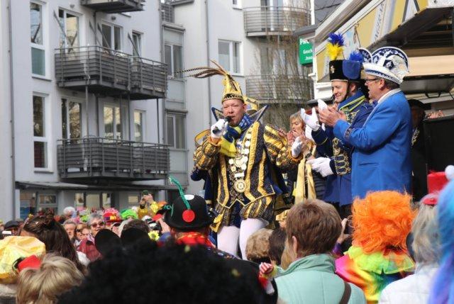 Prinz Sascha I. begeisterte am Donnerstag im Walder Rundling zur Eröffnung des Straßenkarnevals sein jeckes Publikum. (Foto: © Bastian Glumm)