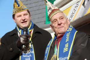 Solingens karnevalistisches Urgestein Willy Weber (re.) wurde am Donnerstag feierlich verabschiedet. Von Oberbürgermeister Tim Kurzbach gab es einen Orden. (Foto: © Bastian Glumm)