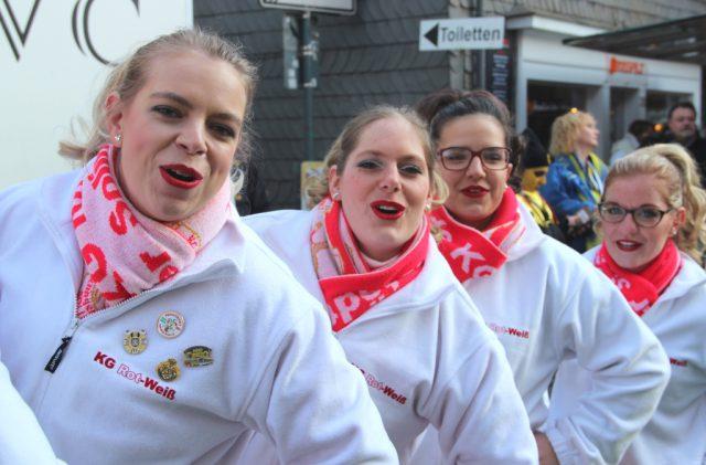 Für gute Laune sorgten im Walder Rundling die Tänzerinnen und Tänzer des Tanzcorps der KG Rot-Weiß Klingenstädter, die ihr ganzes Können zeigten. (Foto: © Bastian Glumm)