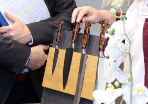 Neben seiner Olivenholz-Serie stellte die Solinger Firma Burgvogel seine neue Serie Acsies Line vor, die mit einem Epoxidharz-Griff sowie einer Aluminiumeinlage besticht. (Foto: © Bastian Glumm)