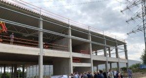 Drei Monate nach Baubeginn konnte jetzt im Monhofer Feld Richtfest für den Neubau eines Logistikgebäudes der Firma Amefa gefeiert werden. (Foto: © Complemus)