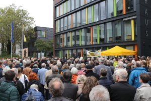 Rund 500 Menschen versammelten sich am Freitagnachmittag auf dem Walter-Scheel-Platz und bezogen Stellung gegen Antisemitismus und Fremdenhass. (Foto: © Bastian Glumm)