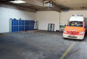 Platz für einen städtischen Rettungswagen und drei städtische Krankentransportwagen sowie einen Krankenwagen des ASB für den Spitzenbedarf ist in der Fahrzeughalle der neuen Rettungswache VI schon jetzt. Nach dem Um- und Ausbau kommt dann auch noch der Spitzenvedarf-RTW des ASB dazu. (Foto: © B. Glumm)