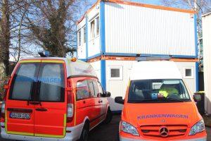 Bis die Halle komplett umgebaut ist, müssen die Mitarbeiterinnen und Mitarbeiter des ASB-Rettungsdienstes mit einem Provisorium leben. In vier Containern befinden sich Wach- und Ruheräume, sanitäre Anlagen und Büros. (Foto: © B. Glumm)