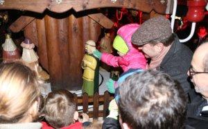 """Der Moment der Wahrheit: Oberbürgermeister Tim Kurzbach (mit Mütze) holte sich Hilfe bei den zahlreich anwesenden Kindern, um die Auer Weihnachtspyramide """"anzuschieben"""". (Foto: © Bastian Glumm)"""