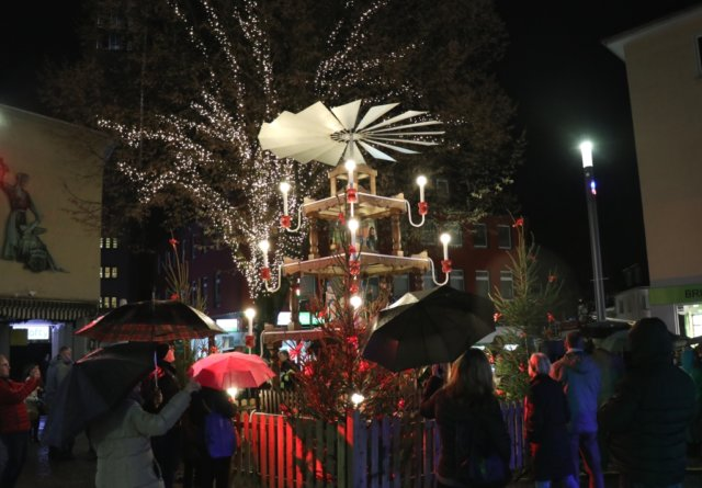 Am Samstagnachmittag fand auf dem Alten Markt das traditonelle Anschieben der Auer Weihnachtspyramide und der Beginn der Adventszeit statt. (Foto: © Bastian Glumm)