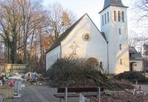 Baumfällarbeiten auf dem Gelände des Gemeindezentrums Christuskirche in Aufderhöhe im vergangenen Januar zur Vorbereitung des geplanten An- und Umbaus. (Foto: © Ev. Kirchengemeinde St. Reinoldi Rupelrath)