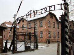 Das Haupttor zum Stammlager in Auschwitz, genannt Auschitz I. Heute befindet sich im ehemaligen Vernichtungs- und Konzentrationslager im polnischen Oświęcim eine Gedenkstätte. (Foto: © Bastian Glumm)
