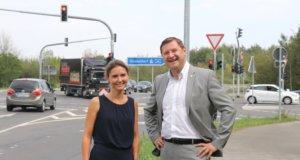 Sind froh, dass an der Anschlussstelle Haan-Ost die Aus- und Umbauarbeiten fertiggestellt wurden: Haans Bürgermeisterin Bettina Warnecke und Solingens OB Tim Kurzbach. (Foto: © Bastian Glumm)