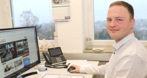 Simon Bluhm (26) arbeitet seit 2016 bei der Solinger Full-Service-Agentur AWEOS. Der gelernte Hotelkaufmann wagte einen klassischen Quereinstieg in die Werbebranche. Mit Erfolg: Heute ist er Teil der Geschäftsführung des Unternehmens. (Foto: © Bastian Glumm)