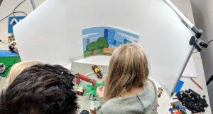 """Auch die Solinger Werbeagentur AWEOS nahm am """"Maus-Türöffner-Tag"""" teil und ermöglichte es Kindern ab zehn Jahren, ihre eigenen Lach- und Sachgeschichten in Form von Stop-Motion-Filmen zu produzieren. (Foto: © AWEOS)"""