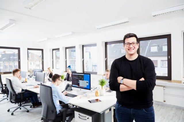 Die Solinger Werbeagentur AWEOS um Gründer Christos Papadopoulos wurde vor fünf Jahren von Christos Papadopoulos gegründet. Das Unternehmen expandiert und unterhält ein Büros an der Kölner Straße. (Foto: © Leon Sinowenka)