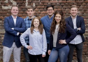 Das junge Team der Werbeagentur AWEOS in Solingen: v.li. Simon Bluhm, Philipp Lang, Melanie Doughty, Christos Papadopoulos, Carina Laport und Azubi Jonas Rüttgers. (Foto: AWEOS)
