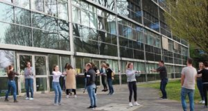 Bewegungsworkshop zur Stärkung des Rückens mit dem Sportbildungswek Solingen während des Azubi-Gesundheitstages im Klinikum. (Foto: © Da Boit/Klinikum Solingen)