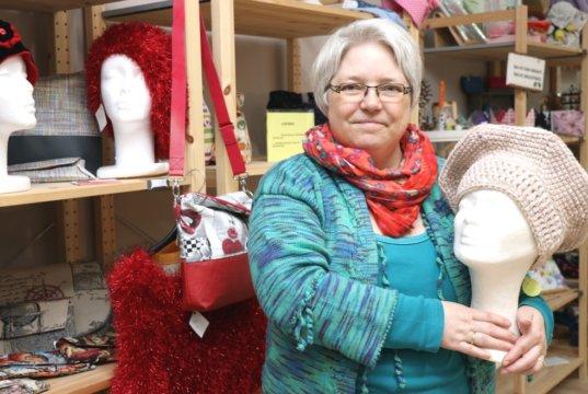 """Monika Schmidt betreibt im Bachtor Centrum ihr Geschäft """"Monis Mit Mach Manufaktur"""" und bietet dort ganz viel Handgemachtes an. (Foto: © Bastian Glumm)"""