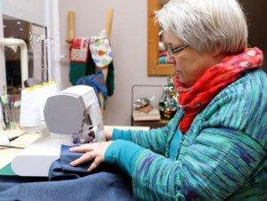 Monika Schmidt häkelt, strickt und näht auch selbst. Regelmäßig findet in ihrem Ladenlokal ein Treffen mit Gleichgesinnten statt. (Foto: © Bastian Glumm)