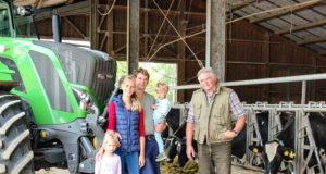 Der Solinger Bauernhof Dickhoven ist ein Familienbetrieb: v.li Marina und Martin Dickhoven, Senior-Chef Karl-Otto Dickhoven und die beiden Kinder Marie und Alexander. (Foto: © Bauernhof Dickhoven)