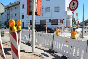 Der Verkehr auf der Hildener Straße kann während der gesamten Bauzeit zweispurig laufen, der Einmündungsbereich Grenzstraße ist gesperrt. Der aus Hilden wie der aus Solingen kommende Verkehr wird Richtung Haan und Autobahn über die Laibacher Straße geführt. (Foto: © B. Glumm)