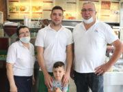 """Die ganze Familie kümmert sich um den Betrieb """"Bei Dora"""": v.li. Theodora Mihailidou, Iordanis Tingiridis und Achilleas Tingiridis . Vorne """"Nachwuchs-Chef"""" Achilleas Junior. (Foto: © Bastian Glumm)"""