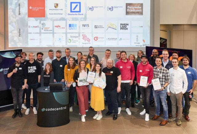 """Am 25. März geht mit dem berg-pitch das größte Startup-Event im Bergischen Land in die 8. Runde – diesmal als """"Hybrid-Edition"""". Auf dem Bild die Gewinner der Veranstaltung 2020. (Foto: © Leon Sinowenka)"""