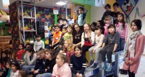 Die letzten Minuten vor der Bescherung sind für die Kinder ja meist ganz besonders lang. So auch im Felix Kids-Club, als die Spannung förmlich greifbar war, bevor es endlich Geschenke gab. (Foto: © Felix Kids-Club)