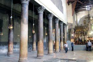 Im Inneren der Geburtskirche. Die Säulen stammen aus frühbyzantinischer Zeit. Deutlich zu sehen sind die abgewetzten Stellen, an denen sich seit Jahrhunderten die Menschen drängen. (Archivfoto: B. Glumm)