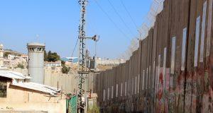 Hohe Mauern und Wachtürme an der Grenze zwischen Jerusalem und Bethlehem. Die israelische Regierung hält so palästinensische Terroristen auf Distanz und das außerordentlich effektiv. (Archivfoto: B. Glumm)