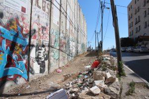 Die Sperrmauer ist auf palästinensischer Seite freilich nicht sehr beliebt. So machen zahlreiche Anwohner durch das Abladen von Müll vor der Mauer ihrem Ärger Luft. (Archivfoto: B. Glumm)