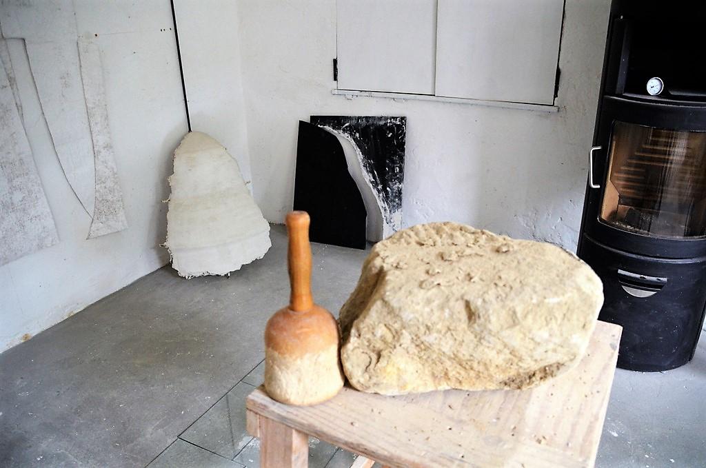 In den Kursen wird vorwiegend mit Thüster-Kalkstein gearbeitet. Er ist relativ weich. Daher ist präzises Arbeiten unumgänglich. (Foto: © Martina Hörle)