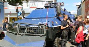 """Am Sonntag hatten Neugierige unter anderem die einmalige Gelegenheit, einen Blick in das gepanzerte Räumfahrzeug der Polizei Wuppertal zu werfen. Die Solinger Polizei ließ sich beim """"Blaulichttag"""" über die Schulter schauen. (Foto: © B. Glumm)"""