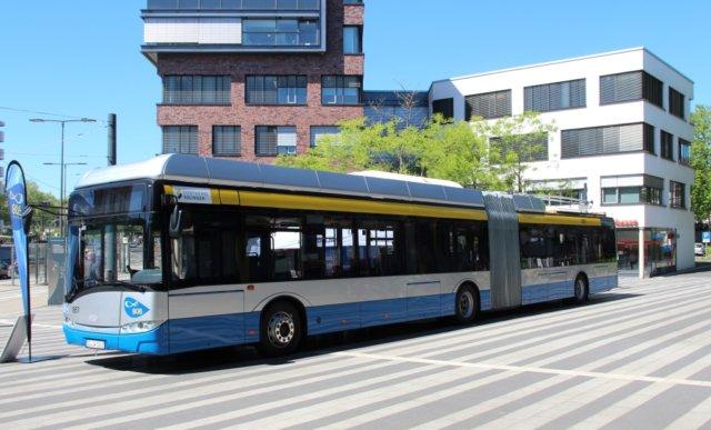 Vier BOBs, Batterie-O-Busse, sind bestellt, drei sind schon in Solingen. Einer ist bereits zugelassen und parkte gestern vor dem Rathaus in der City. (Foto: © Bastian Glumm)