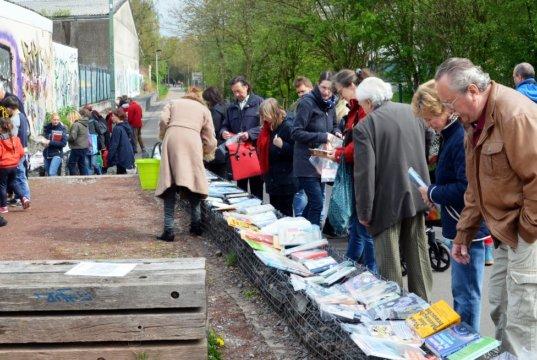 Am Ostersonntag haben Bücherfreunde wieder die Qual der Wahl, wenn Solingens Bookcrosser auf die Korkenziehertrasse einladen. (Archivfoto: © Martina Hörle)