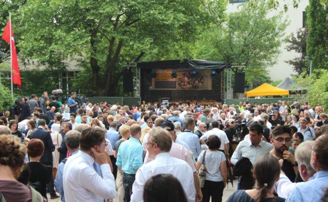 Rund 1.000 Menschen kamen am Dienstagnachmittag zum Mildred-Scheel-Berufskolleg, um der Opfer des Solinger Brandanschlags von vor 25 Jahren zu gedenken. (Foto: © Bastian Glumm)