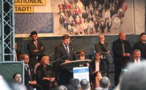 Oberbürgermeister Tim Kurzbach hielt eine bewegende Rede und rief anschließend zu einer Schweigeminute auf. (Foto: © Bastian Glumm)