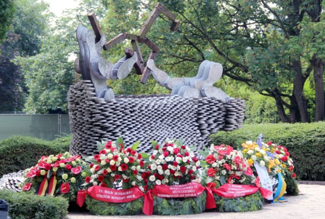 Brandanschlag vom 29. Mai 1993 in Solingen: In diesem Jahr wird es am Mahnmal an der Mildred-Scheel-Schule ausschließlich ein stilles Gedenken und eine stille Versammlung geben. (Archivfoto: © Bastian Glumm)