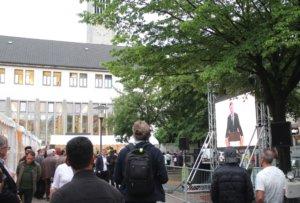 Auf dem Fronhof standen gestern Zelte. Auf einer LED-Leinwand wurde live aus dem Inneren der Stadtkirche übertragen. (Foto: © Bastian Glumm)